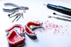 Tand- laboratorium Arbeta hjälpmedlet för gör en tandprotes i teknikeren wo Arkivbild