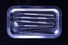 Tand- magasin med tand- hjälpmedel på svart bakgrund Arkivfoto
