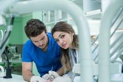Tand- protes, tandproteser, prostheticsarbete Prostheticshänder, medan arbeta på tandprotesen, de falska tänderna, en studie och  Royaltyfri Foto