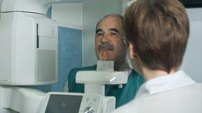 Tand- röntgenstrålebildläsare och patient arkivfoto