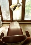 Tand- stol och lampa royaltyfri foto