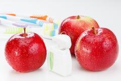 Tand- tänder floss, tandborsten och det röda äpplet arkivfoton