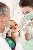 tand- tandläkaretålmodigbehandling Arkivbild