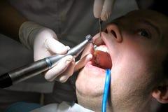 Tand- tandpolering Tänder som gör ren, tand- hygien Tandläkaren är polering av tålmodiga tänder med den mjuka tand- borsten Royaltyfri Bild
