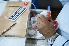 Tand- tekniker eller tandläkare som arbetar med tandtandproteser arkivbild
