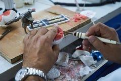 Tand- tekniker som använder en kniv med keramiska tand- implantat royaltyfria foton