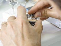 Tand- tekniker som gör en metallstruktur av en tand- krona eller Royaltyfria Bilder