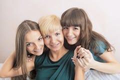 Tand- vård- och hygienbegrepp: Tre unga damer med Teet Arkivfoto