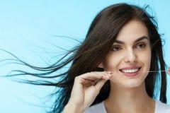 Tand zorg De mooie Tanden van Vrouwenflossing stock afbeeldingen