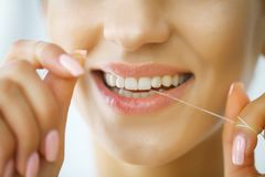 Tand zorg Vrouw met Mooie Glimlach die Zijde voor Tanden gebruiken H stock afbeelding