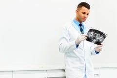 Tandarts Arts Looking bij Röntgenstraal bij het Ziekenhuis stock afbeelding