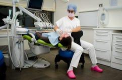 Tandarts die aan patiënt in tandkliniek werken Royalty-vrije Stock Foto's