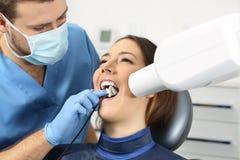 Tandarts die een tandenradiografie nemen stock foto's