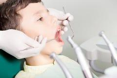 Tandarts die kid& x27 onderzoeken; s tanden royalty-vrije stock afbeelding