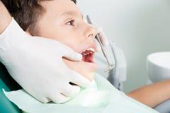 Tandarts die kid& x27 onderzoeken; s tanden stock afbeeldingen