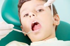 Tandarts die kid& x27 onderzoeken; s tanden royalty-vrije stock foto's