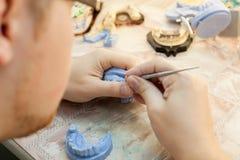 Tandarts die met tandvorm bij kliniek werken Royalty-vrije Stock Foto's