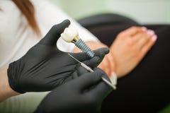 Tandarts die tandenmodel verklaren aan vrouwelijke pati?nt Technische schoten op een tand prothetic laboratorium stock afbeeldingen