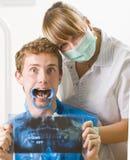 Tandarts en patiënt Stock Afbeeldingen