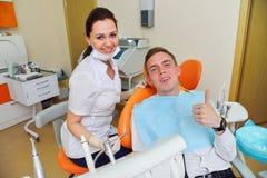 Tandarts en patiënt bij kliniek Stock Foto