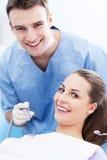 Tandarts en patiënt in tandartsbureau stock foto's