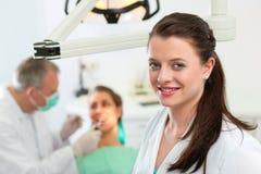 Tandarts in haar chirurgie stock afbeelding