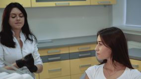 Tandarts het praparing voor behandeling, meisje die bij camera glimlachen 4K stock video