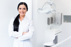 Tandarts Portrait Vrouw die op het haar Werk glimlachen Tand kliniek stock foto's