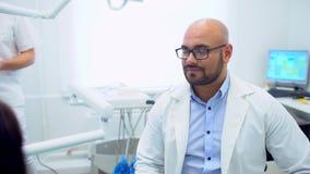 Tandarts raadplegende patiënt stock videobeelden