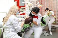 Tandartsen op het werk Stock Foto