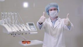 Tandartsmens arts die medische handschoenen in kliniekkabinet dragen, het moderne ziekenhuis stock videobeelden