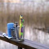 Tandborstar i exponeringsglas på räcket Fotografering för Bildbyråer