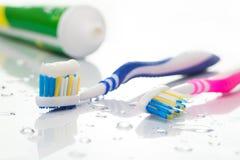 Tandborstar och toothpaste Fotografering för Bildbyråer