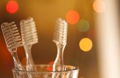 Tandborstar på färgrik oskarp bakgrund Arkivfoton