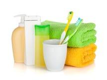 Tandborstar, skönhetsmedelflaskor och handdukar Royaltyfri Fotografi
