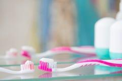 Tandborste i badrummet Arkivfoton
