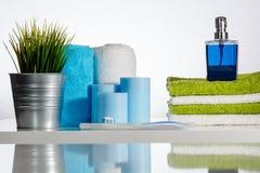 Tandborste med tandkräm på den dekorerade handfatkanten Arkivbilder