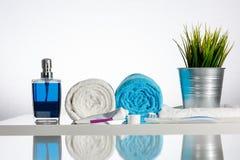 Tandborste med tandkräm på den dekorerade handfatkanten Royaltyfria Bilder