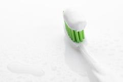 Tandborste med tandkrämnärbild royaltyfria foton