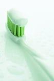 Tandborste med tandkrämnärbild arkivfoton