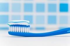 Tandborste med toothpaste royaltyfria foton