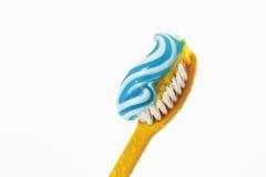 Tandborste med toothpaste royaltyfri bild