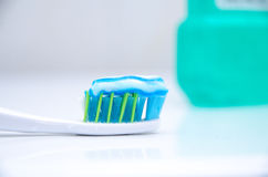 Tandborste med toothpaste arkivfoton