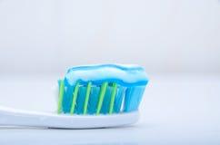 Tandborste med toothpaste arkivfoto