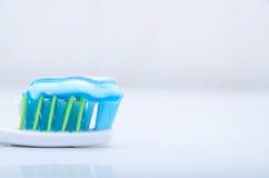 Tandborste med toothpaste fotografering för bildbyråer