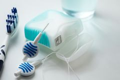 Tandborste, munvatten, floss och blåa interdental borstar som utrustning för daglig tandvård, förhindrande och hygien fotografering för bildbyråer