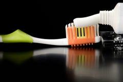 Tandborste och tandkräm på tabellen Royaltyfria Bilder
