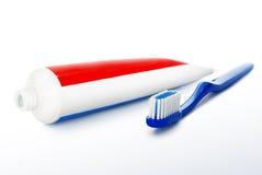 Tandborste och tandkräm som isoleras på en vit bakgrund. Royaltyfri Bild