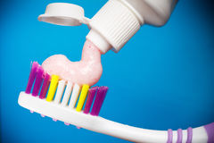 Tandborste och toothpaste arkivfoton