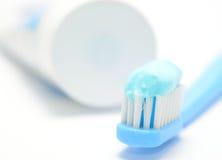 Tandborste och toothpaste arkivfoto